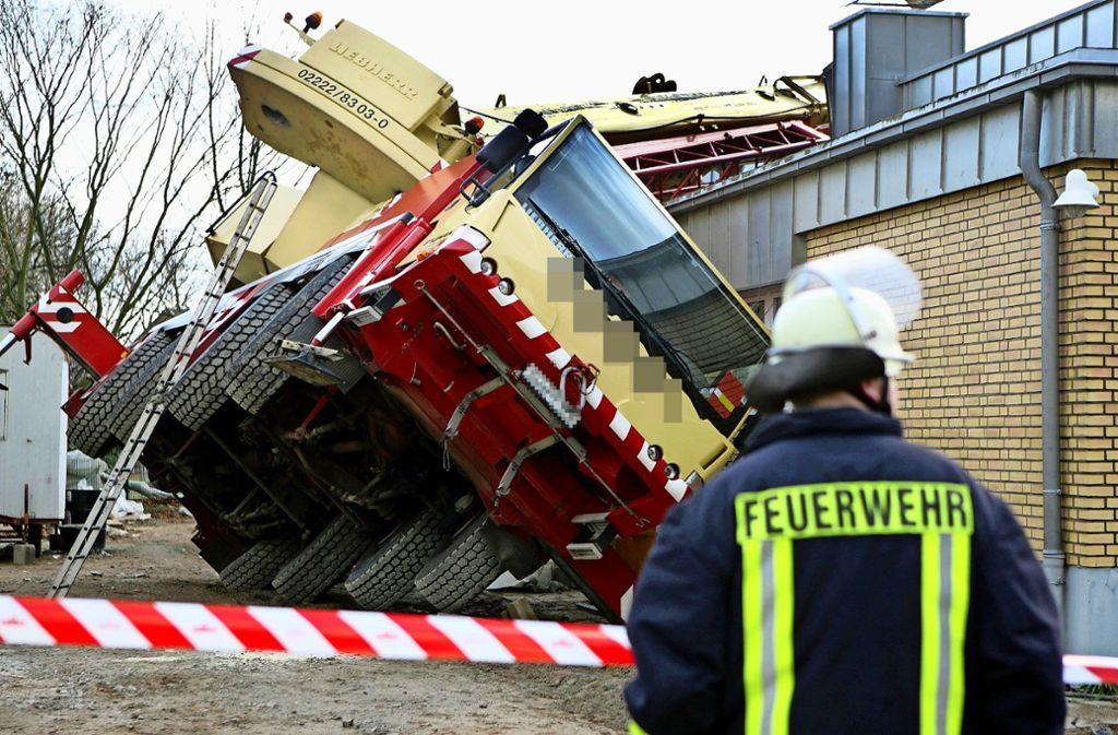 So schlimm wie auf dem Foto aus Nordrhein-Westfalen ist es mit dem schiefen Kran von Oberaichen nicht gekommen. Aber die Anwohner hatten trotzdem Schrecksekunden. Foto: dpa