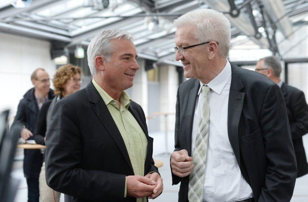 Der Landesvorsitzende der baden-württembergischen CDU, Thomas Strobl (links), und der baden-württembergische Ministerpräsident Winfried Kretschmann (Bündnis 90/Die Grünen) unterhalten sich in Stuttgart nach den Koalitionsverhandlungen. Foto: Archiv/dpa