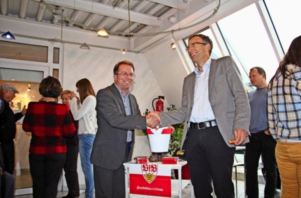 Verwaltungsbürgermeister Werner Wölfle (Mitte, rechts) hat Wolfgang Stierle Foto: Torsten Ströbele