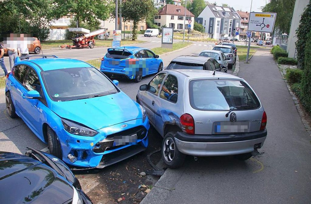 Durch den Aufprall wurde der Ford auf zwei geparkte Autos geschoben. Foto: SDMG