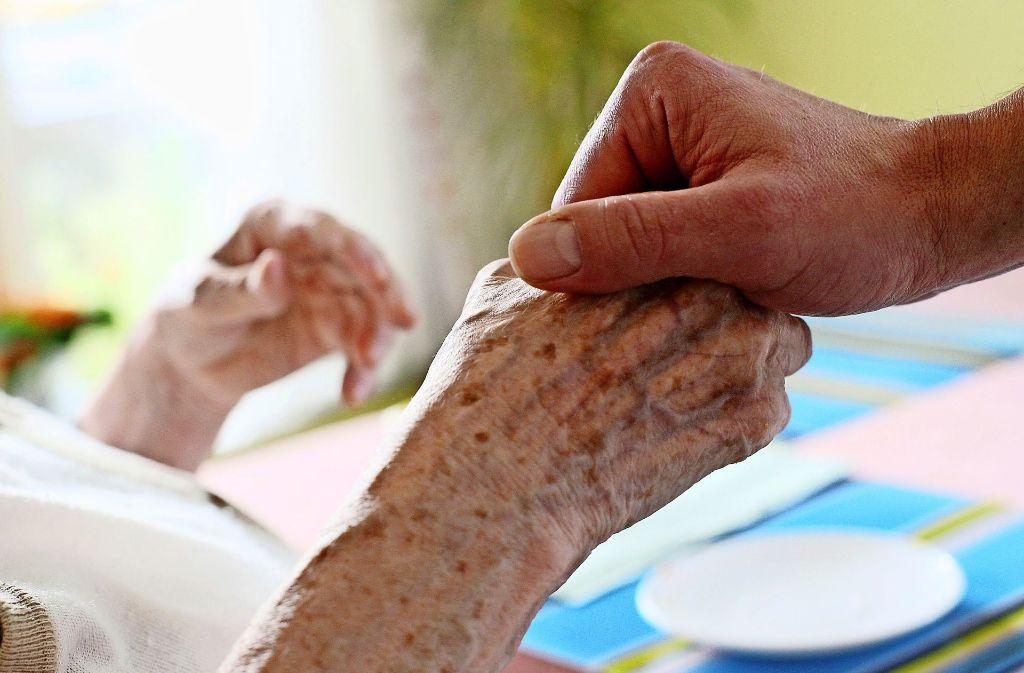 Ältere Menschen brauchen Hilfe beim Essen zubereiten. Foto: dpa