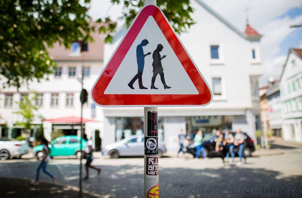 """Wer im Straßenverkehr auf sein Smartphone sieht, kann schnell zum """"Smombie"""" werden. Foto: dpa"""