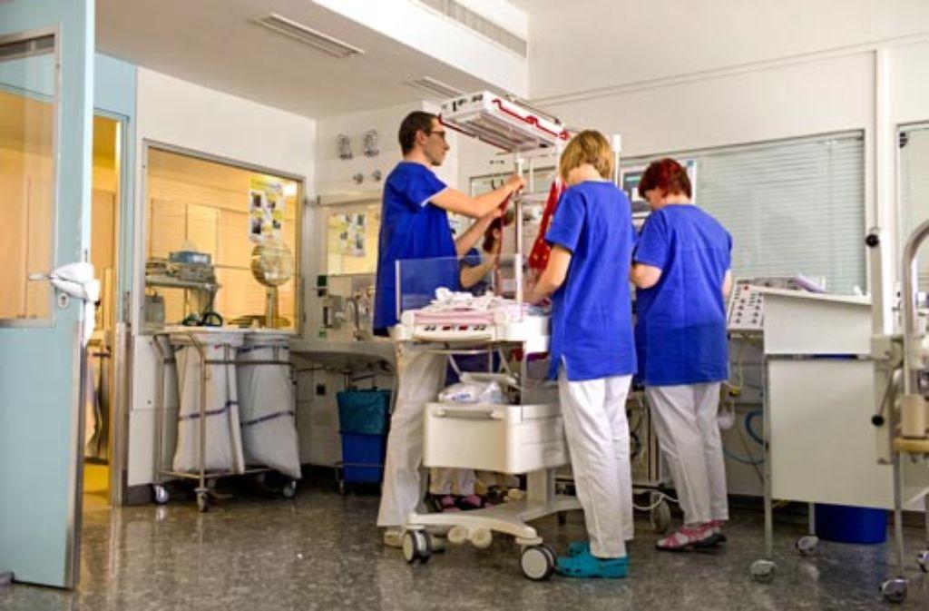 Auf der Kinderintensivstation im Olgahospital fehlen erfahrene Pflegekräfte. Foto: Honzera