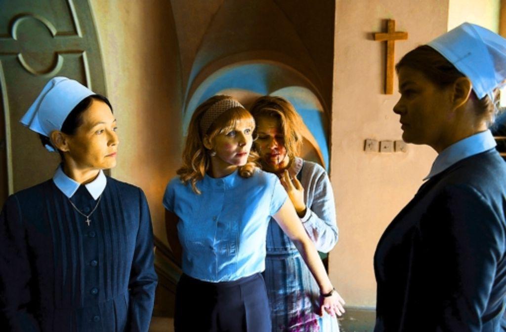Schläge unterm Kreuz: Luisa (Alicia von Rittberg, Zweite von rechts) leidet im Heim. Foto: ZDF