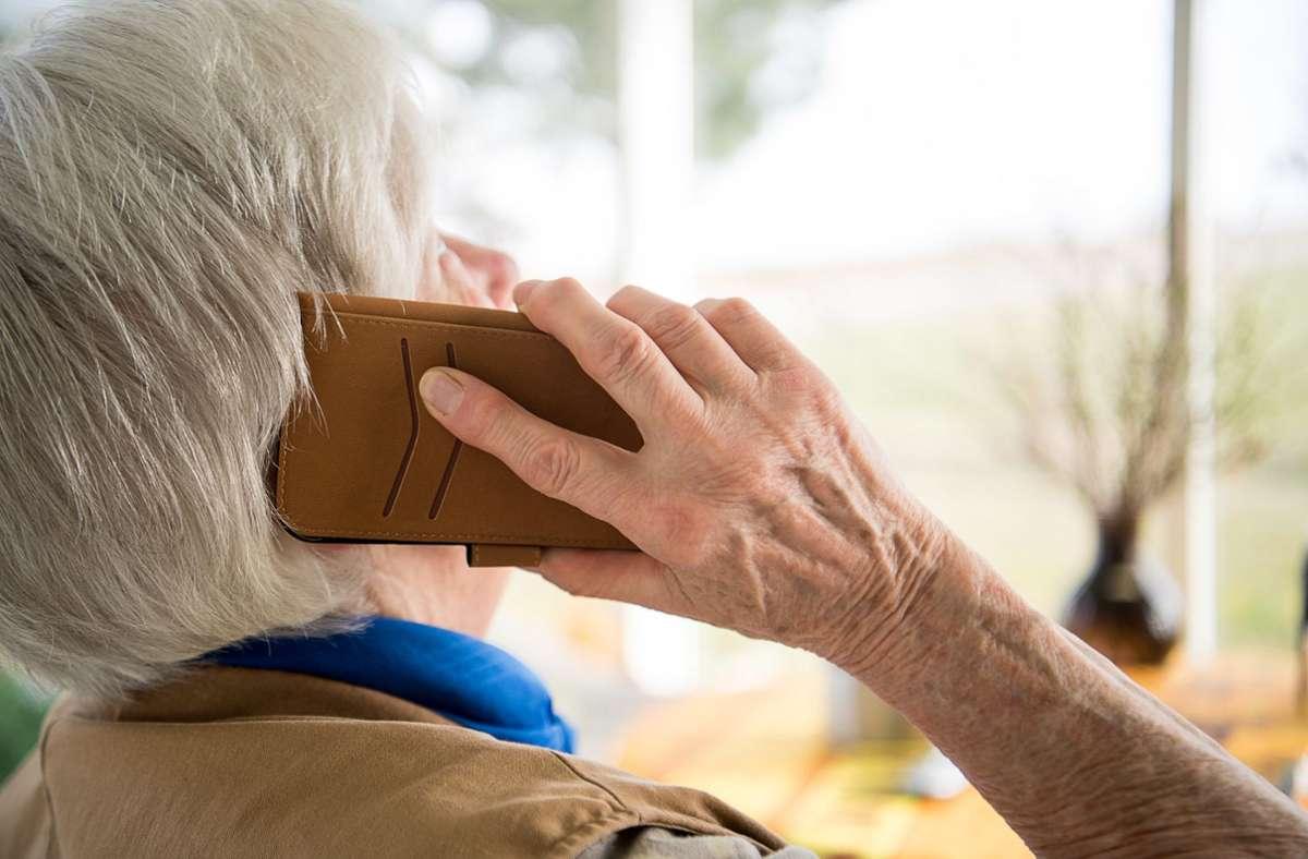 Die 83-Jährige wurde von den Betrügern angerufen. (Symbolbild) Foto: dpa/Sebastian Gollnow
