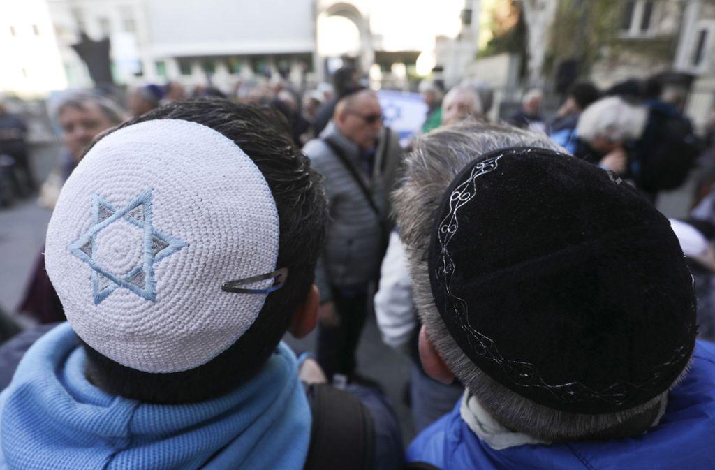 Auch in Stuttgart gehen am Sonntag Menschen aus Solidarität mit jüdischen Mitbürgern und antisemitisch motivierten Hass auf die Straße. Foto: dpa/Michael Kappeler