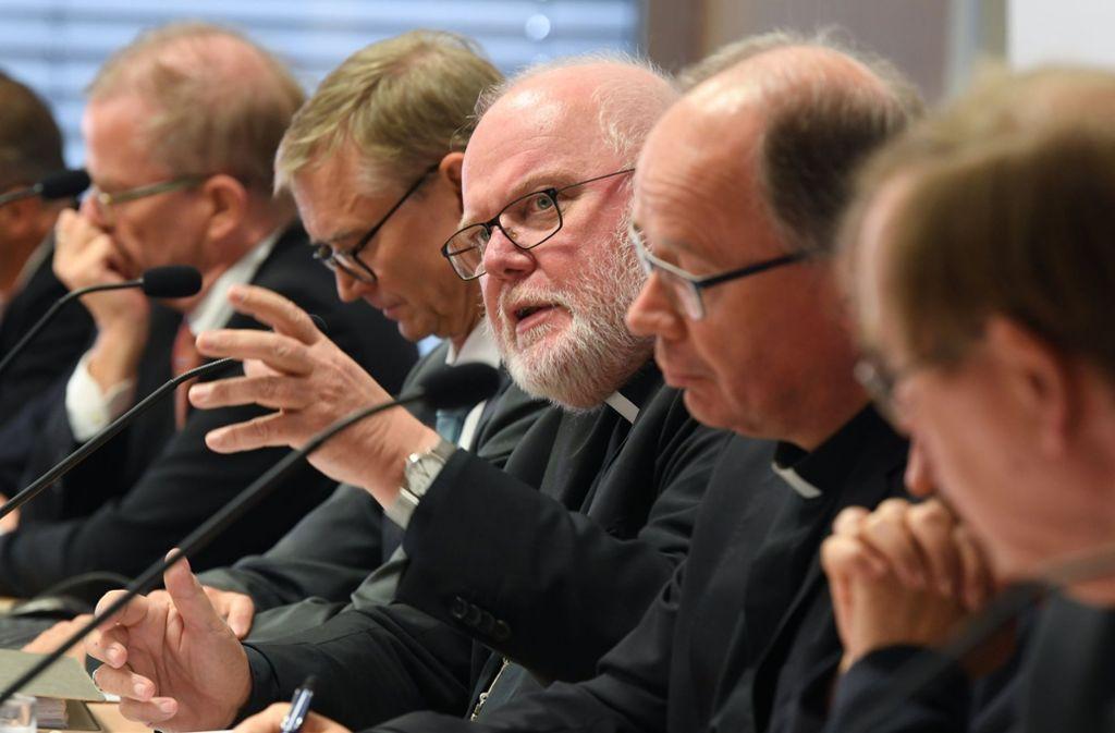 Der Vorsitzende der Bischofskonferenz, Kardinal Reinhard Marx (Mitte), kündigte am Dienstag in Fulda Gespräche mit den Opfern an. Foto: dpa