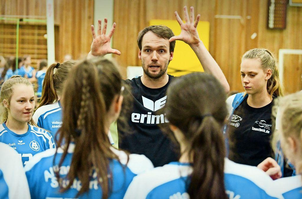 Trainer  Johannes Koch mit den Leistungssportlerinnen aus der U-16-Mannschaft des MTV. Sie haben 2017 die Süddeutsche Meisterschaft im Volleyball gewonnen. Foto: Tom Bloch