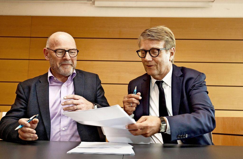 Winfried Hermann (l.) und Ronald Pofalla unterzeichnen den Finanzierungsvertrag für den Ausbau der Wendlinger Kurve. Foto: Lichtgut/Leif Piechowski