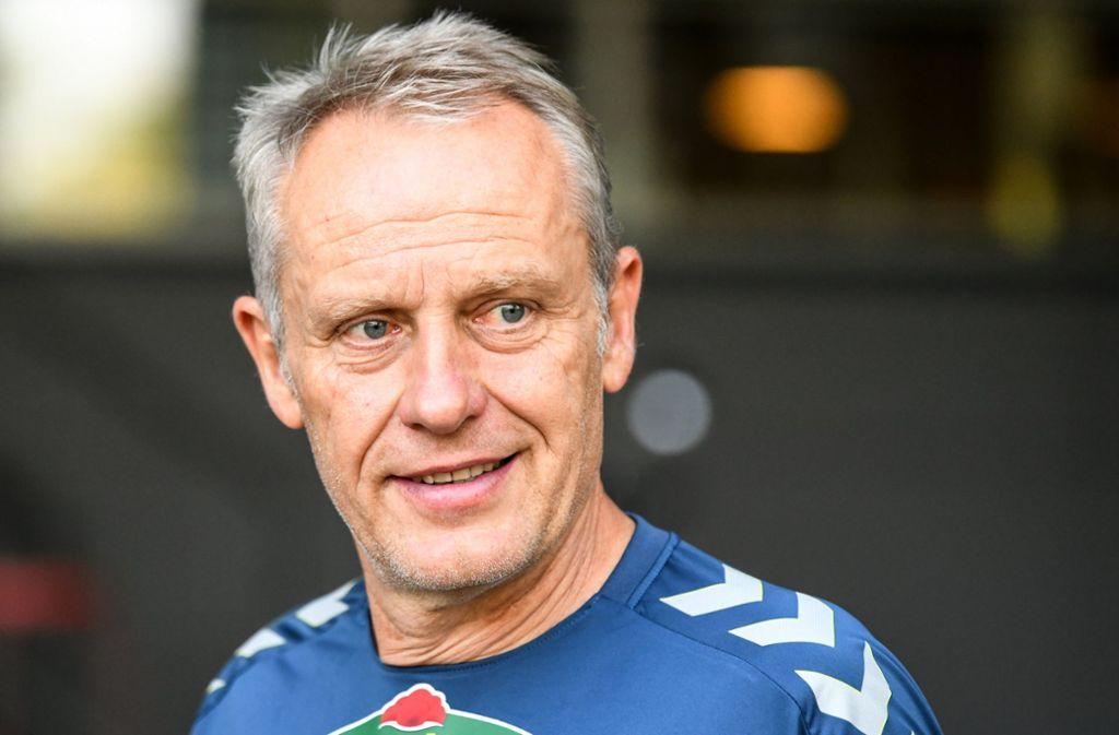 Fehlte zuletzt wegen eines Bandscheibenvorfalls: Zum Duell mit dem VfB Stuttgart ist der Freiburger Trainer Christian Streich wieder fit. Foto: dpa