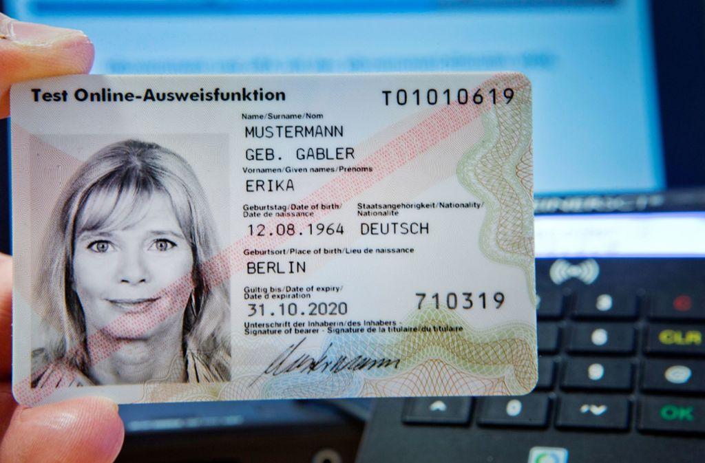 Der  Personalausweis soll Behördengänge per Mausklick möglich machen – doch die Erwartungen haben sich bisher nicht erfüllt. Foto: dpa-Zentralbild