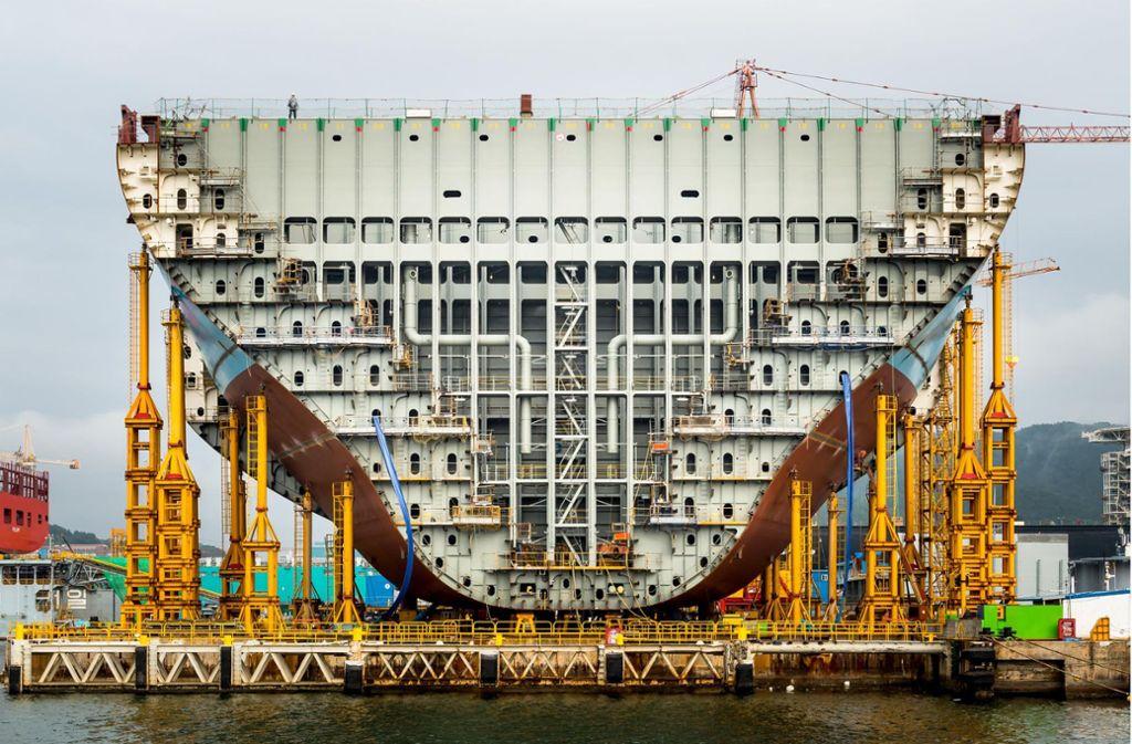 Material gewordene Gigantomanie: Maersk Tripple E, Bau eines der größten Containerschiffe der Welt, fotografiert im Jahr 2014   in Südkorea. Foto: Alastair Philip Weber/Verlag