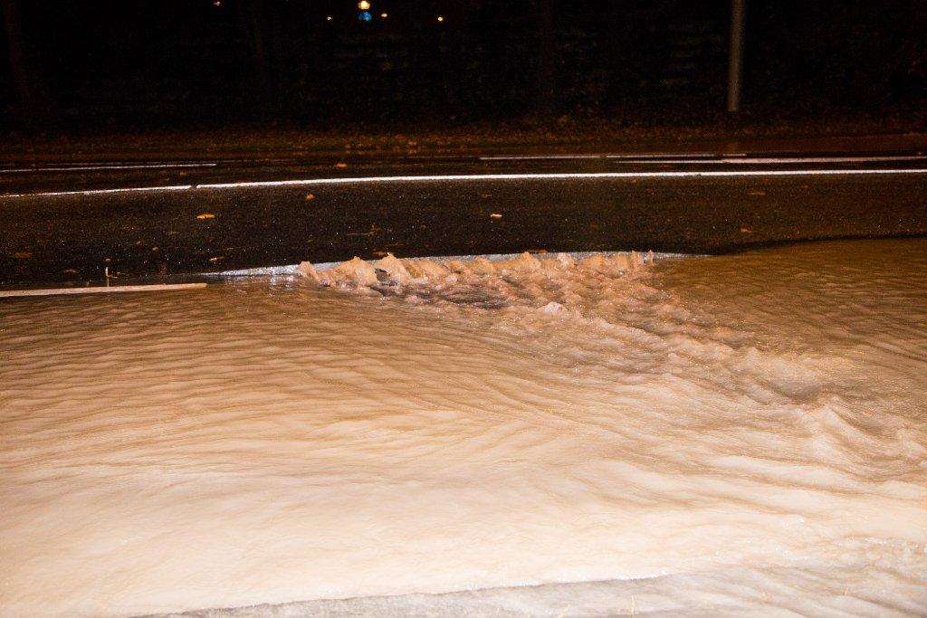 Wie stark die Straße beschädigt ist, ist noch nicht abzusehen. Die Sperrung bleibt vermutlich nächste Woche bestehen. Foto: www.7aktuell.de | Sven Adomat