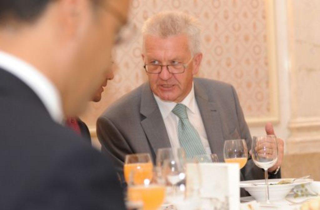 Mit 100 Gästen verschiedener Glaubensrichtungen hat Ministerpräsident Winfried Kretschmann (Grüne) das muslimische Fastenbrechen zelebriert. Foto: dpa