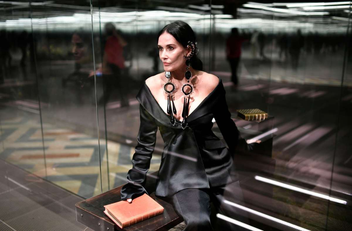 Die Schauspielerin Demi Moore präsentiert eine Kreation  von Fendi während der Pariser Haute Couture Fashion Week 2021. Foto: AFP/STEPHANE DE SAKUTIN