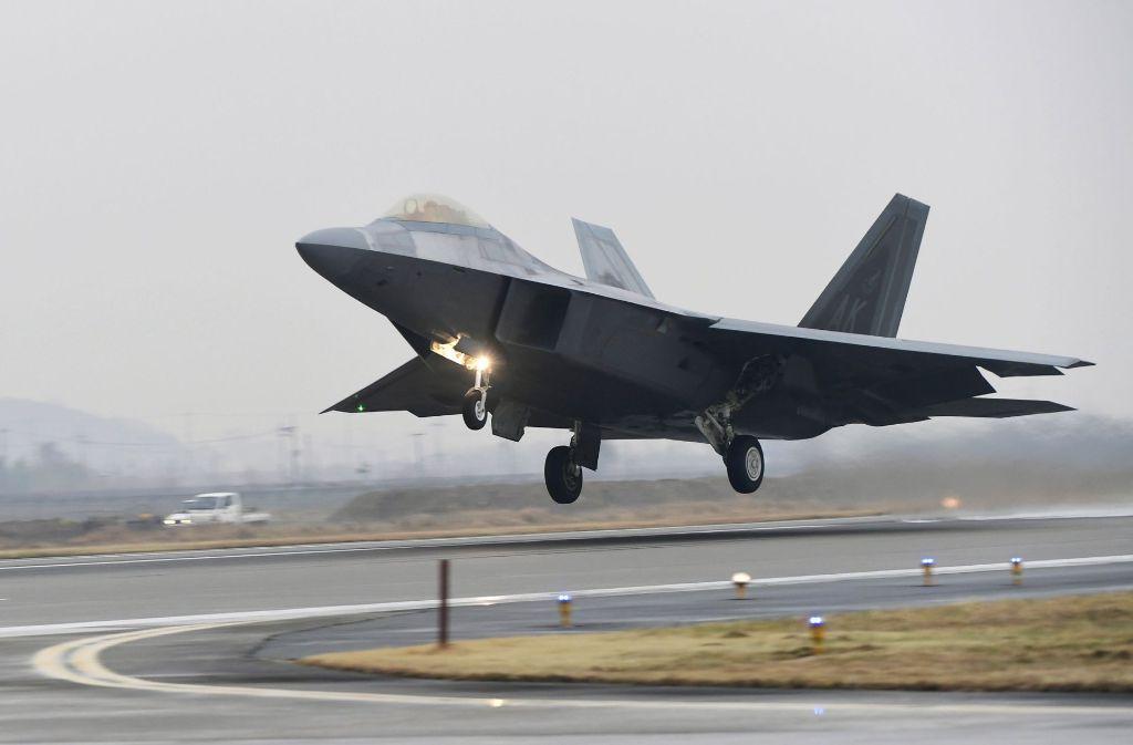Ein F-22 Raptor der U.S. Air Force startet in Gwangju, Südkorea, von einer südkoreanischen Militärbasis. Südkoreanische und US-Streitkräfte haben ihre bislang größte Luftwaffenübung abgehalten. Foto: Yonhap/AP