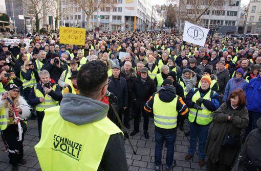 1200 Demonstranten auf dem Wilhelmsplatz