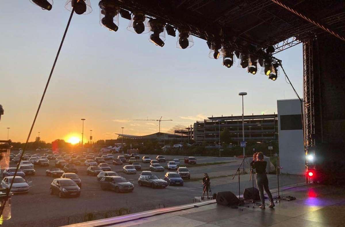Blick von der Poetenbühne des Livesommers am Flughafen auf die untergehende Sonne. Foto: Thomas Geyer