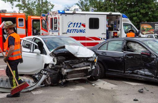 Drei Fahrzeuge kollidieren auf Kreuzung – hoher Schaden