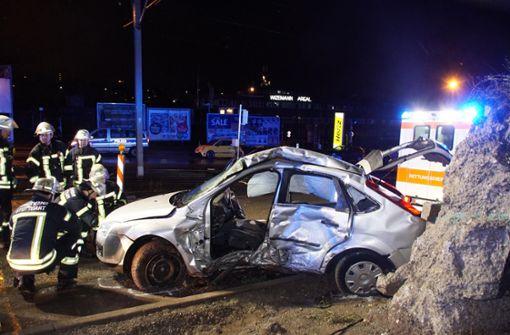 Auto prallt gegen Mauer – mehrere Verletzte