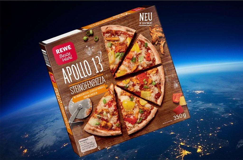 Eine Tiefkühlpizza steuert durch den Weltraum. Foto: Rewe via Twitter