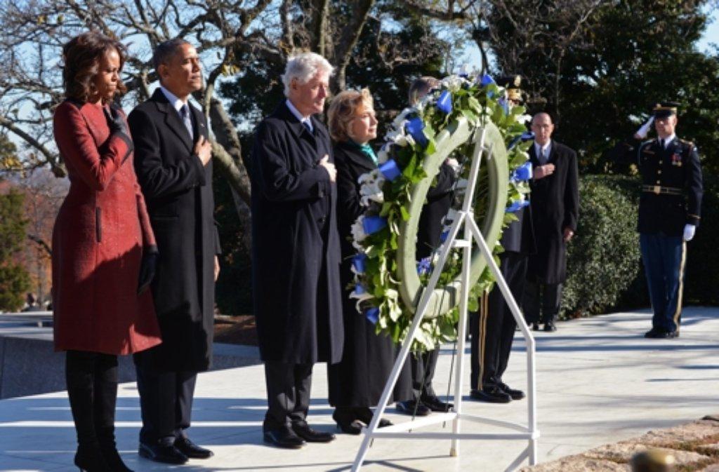 Bereits am Donnerstag legten US-Präsident Barack Obama und seine Frau Michelle zusammen mit den Clintons an Kennedys Ehrengrab einen Kranz nieder. Foto: dpa