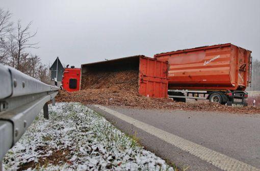 Umgekippter Lkw versperrt Auffahrt in Richtung Stuttgart