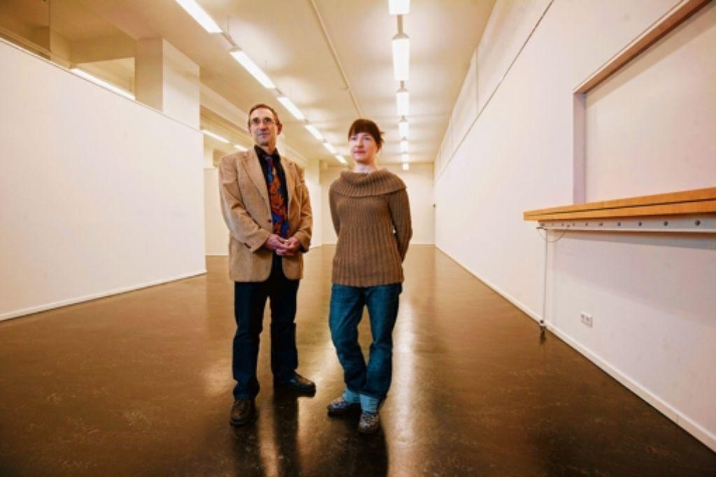 Peter Hofmann betreibt den Kunstbezirk, Eva Baumann stellt dort aus. Foto: