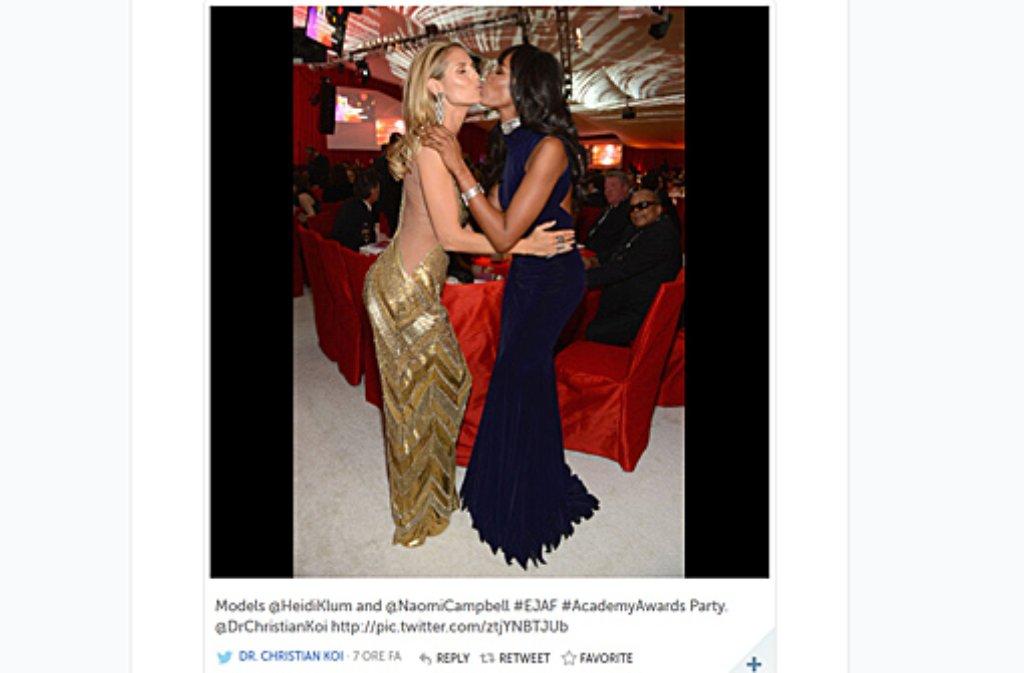 Diese beiden Models mögen sich offensichtlich: Auf einer Party der Elton John Foundation in der Oscar-Nacht küssen sich Heidi Klum (links) und Naomi Campbell. Auf Twitter wurde dieses Bild von DrChristianKoi gepostet. Die ... Foto: Twitter (@DrChristianKoi)