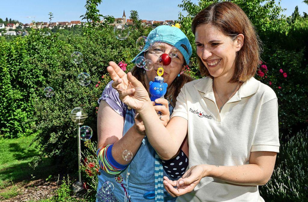 Mit Humor und Lachen an die Schulen: Ines Rosner als Bubu und Andrea Geser-Novotny Foto: factum/