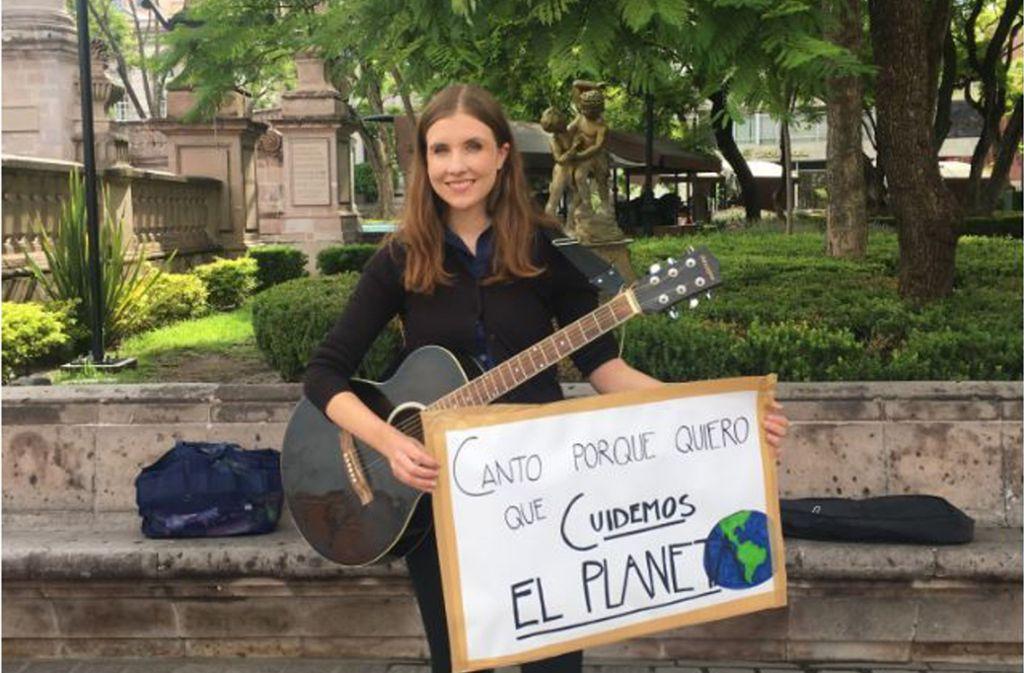 """""""Ich singe, weil ich will, dass wir den Planeten schützen"""", steht auf dem Plakat, das Ariane vera aus Ostfildern  freitags vor dem Palacio Municipal in Aguascalientes dabei hat. Foto: Gilberto Burguete"""