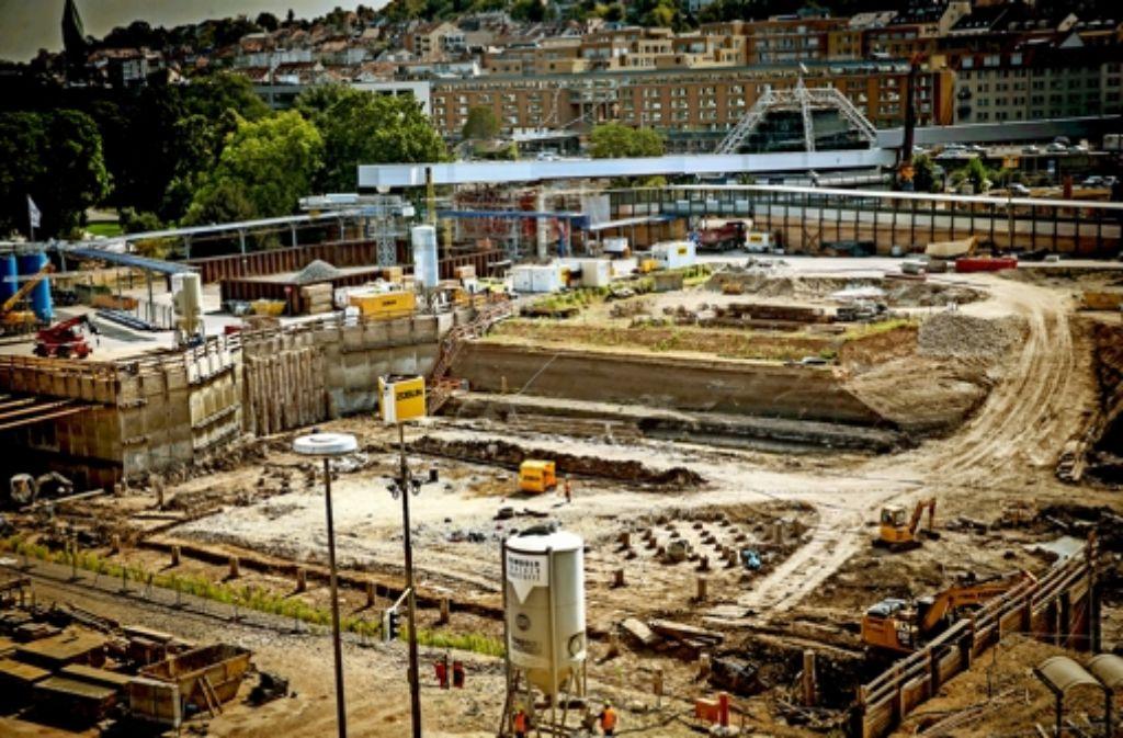 Die erste Baugrube im Schlossgarten für den Durchgangsbahnhof  hat ihre Solltiefe erreicht. Allerdings sollte längst eine Bodenplatte betoniert worden sein. . Foto: Lichtgut/