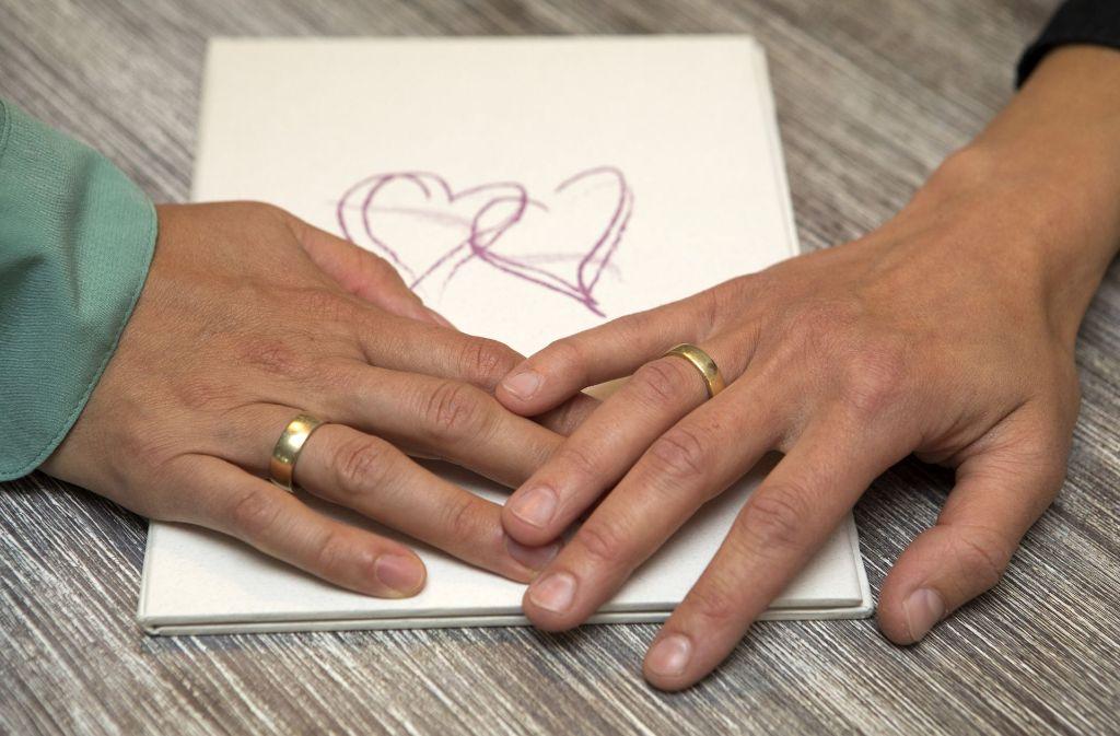 Im Bürgerlichen Gesetzbuch wird festgeschrieben, dass auch schwule und lesbische Paare heiraten können. Foto: dpa