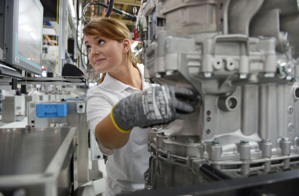 Eine Mitarbeiterin der Firma ZF Friedrichshafen montiert ein automatisches Getriebesystem für schwere Nutzfahrzeuge. (Archivbild) Foto: picture alliance / dpa/Felix Kästle