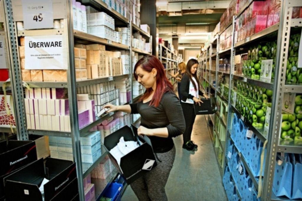 Produkte von mehr als 400 verschiedenen Marken lagern auf der Logistikfläche an der Autobahnabfahrt Öhringen. Foto: