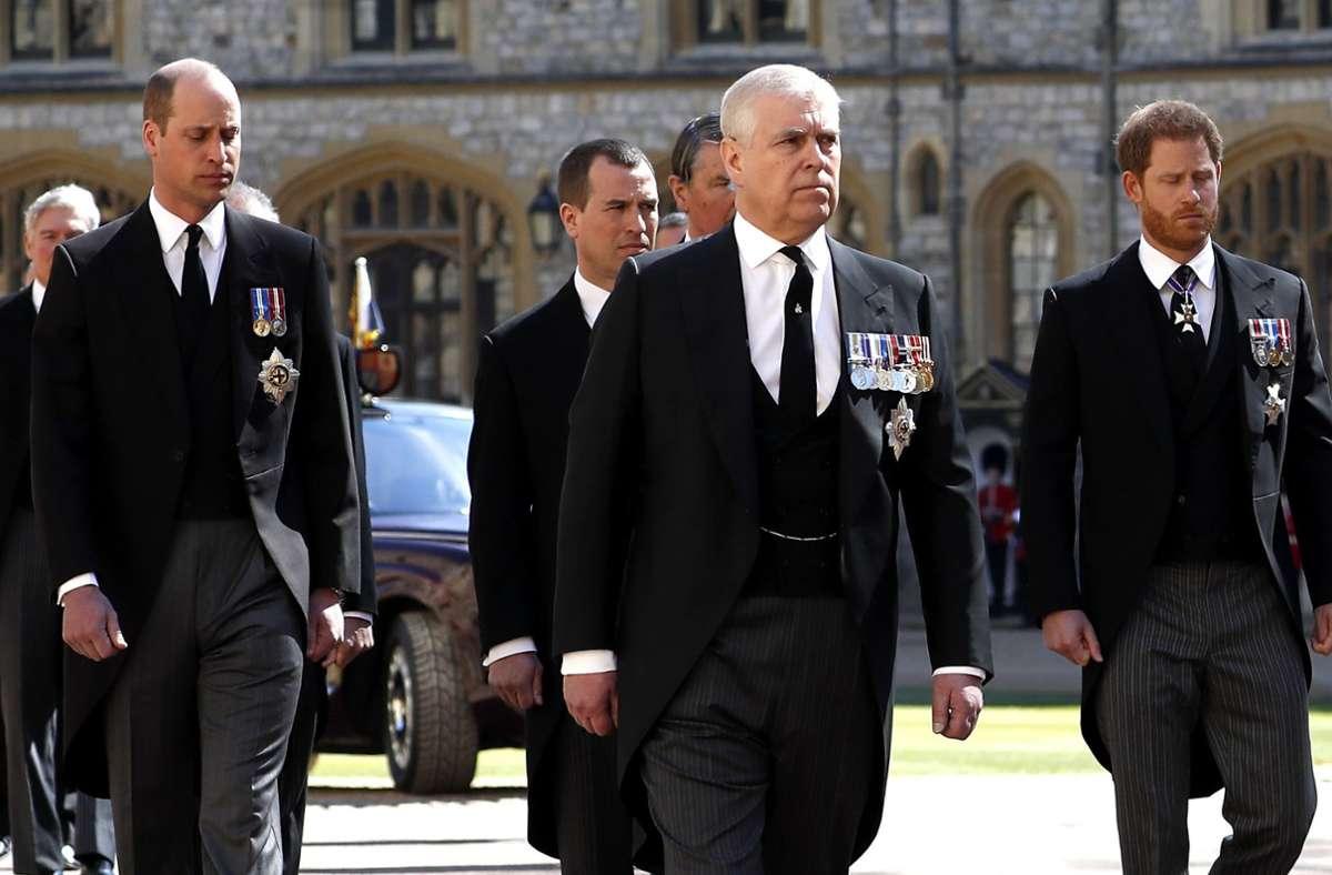 Prinz William (links) und Prinz Harry laufen gemeinsam im Trauerzug. Foto: dpa/Alastair Grant