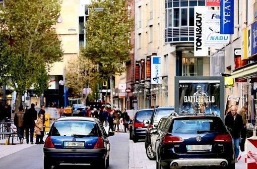 Die Tübinger Straße bietet Parkplätze statt attraktivem Stadtraum. Foto: Achim Zweygarth