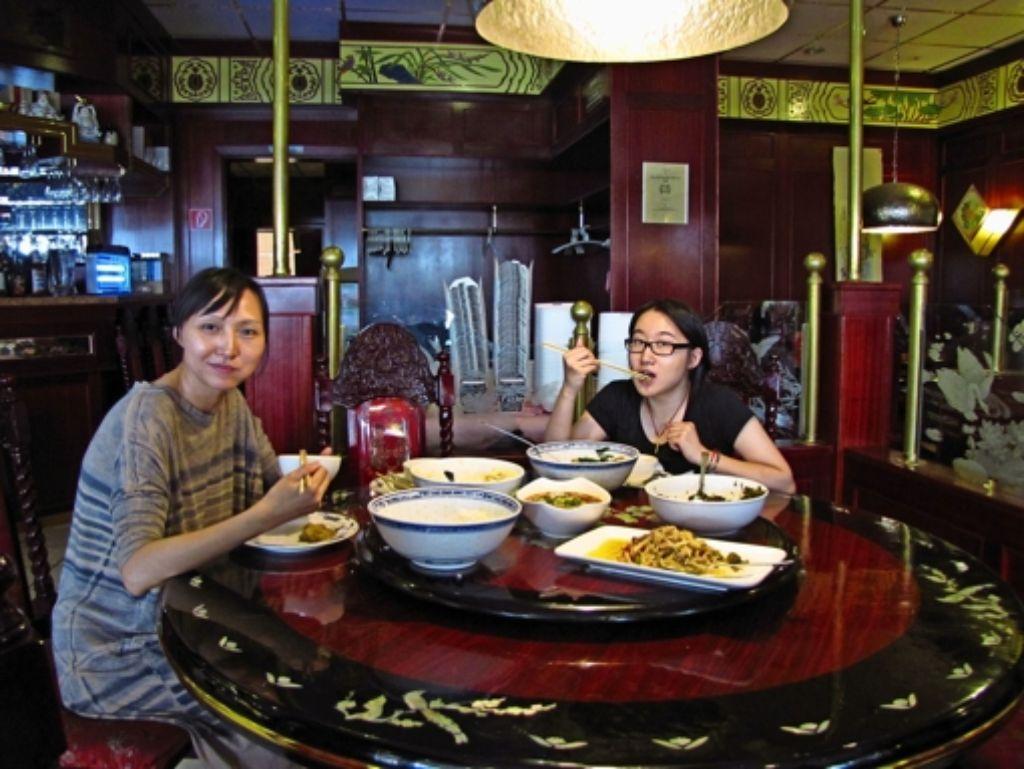 Juan He (links) und Yu Quan mit einem typisch chinesischen Frühstück Foto: Eveline Blohmer