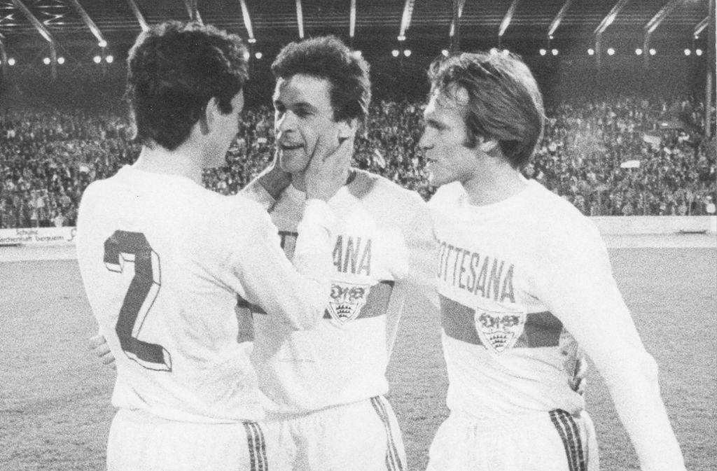 Umjubelter Sechsfachtorschütze: Ottmar Hitzfeld (Mi.), umrahmt von seinen Mannschaftskollegen Bernd Martin (li.) und Helmut Dietterle. Foto: Baumann