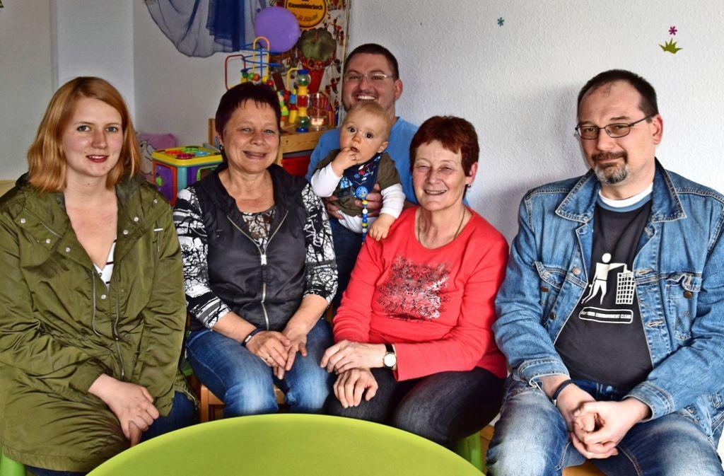 Maddy Kramer (links) und Andreas Hechler (Mitte) lassen ihre Kinder von den beiden Tagesmüttern betreuen. Sie sind von Karin Baurs (2.v.li.) und Christiane Hochgräbes  Konzept überzeugt. Alexander Lanzloth ist Tagesvater und hilft bei den Dachswald-Kids aus. Foto: Kratz