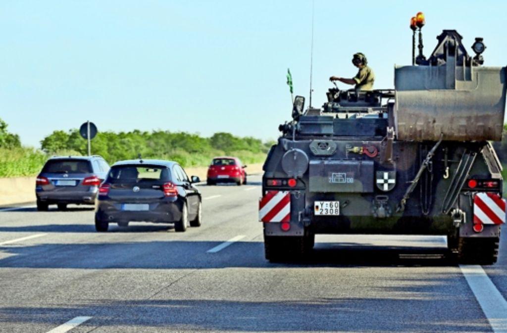 Ein Bergepanzer auf der A9 bei Halle/Saale: das schwere Gerät hat meist keine freie Fahrt mehr auf deutschen Straßen. Foto: dpa