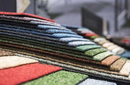 Mann bestiehlt Frau mit dem Teppich-Trick