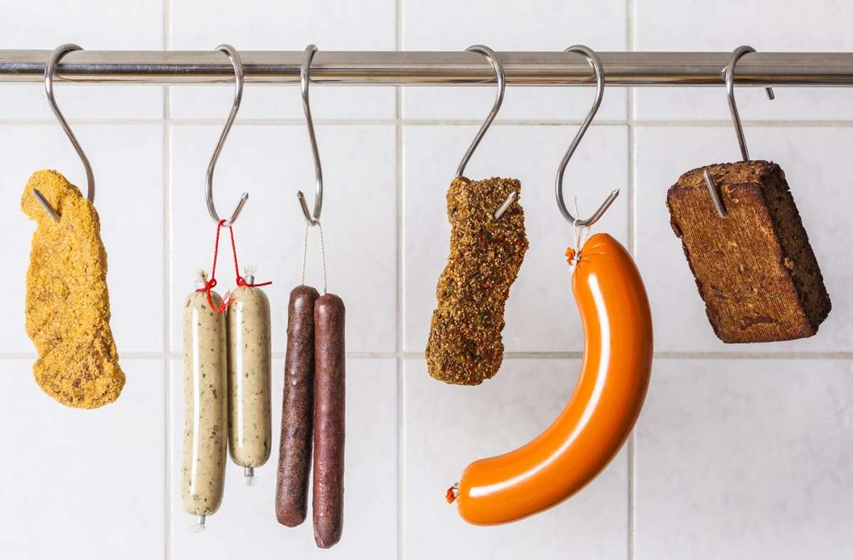 Der Fleisch- und Lebensmittelindustrie bereiten vegane und vegetarische Produkte derzeit traumhafte Umsätze. Aber: Ist das auch gesund? Foto: mauritius images / Westend61 / Werner Dieterich