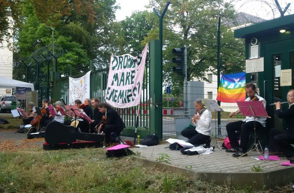 Protest gegen Drohnen: Musiker blockieren die Eingänge der Möhringer US-Kaserne. Foto: Lebenslaute