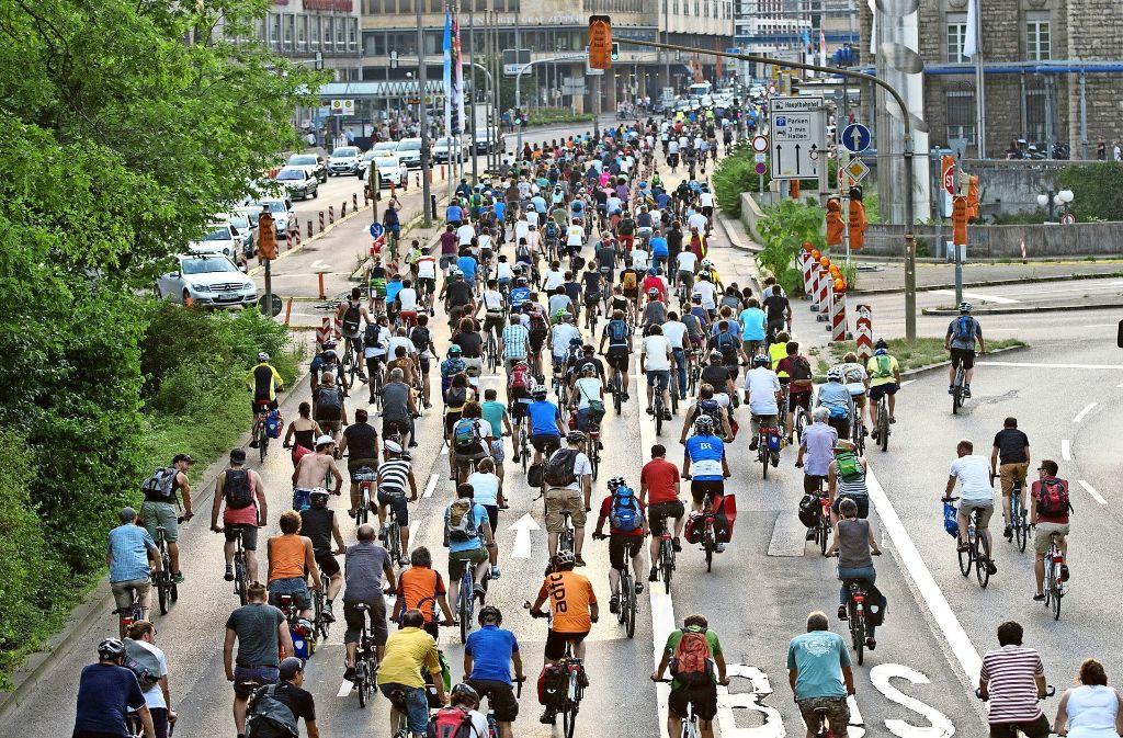 """In Stuttgart sind Menschen nicht nur mit dem Auto unterwegs – Veranstaltungen wie """"Critical Mass"""" werben für das Fahrradfahren und haben großen Zulauf. Foto: dpa"""