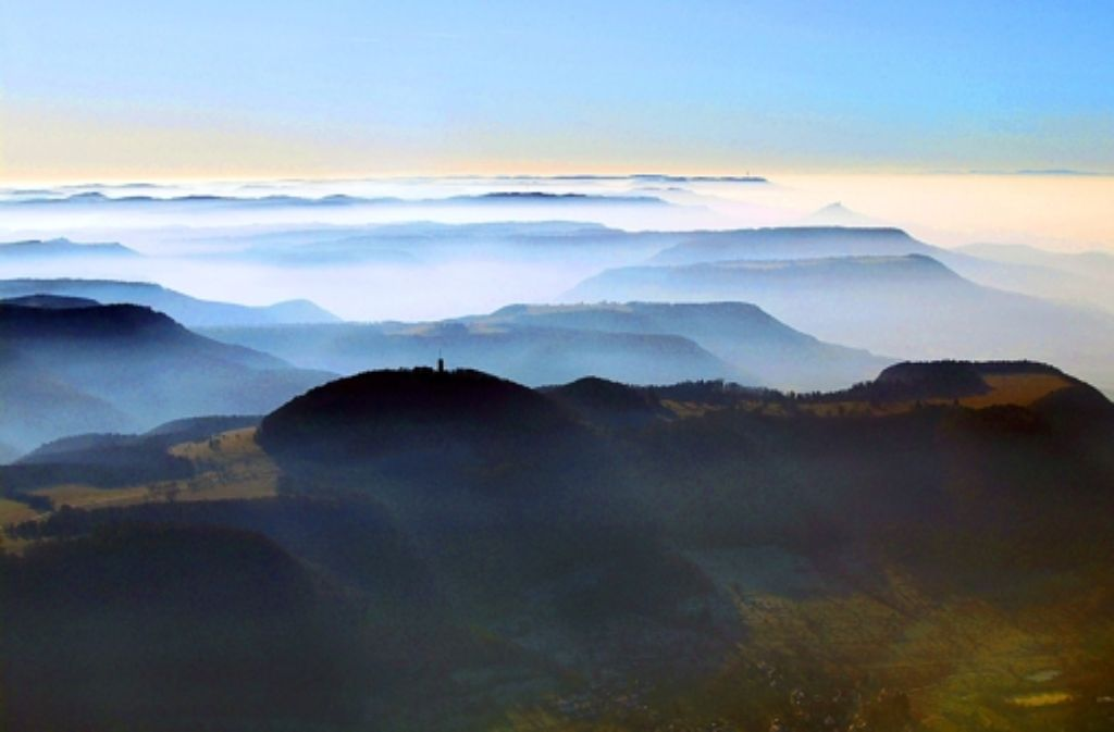 Der Roßbergturm als herausragende Landmarke des Alb-Panoramas. Foto: Grohe