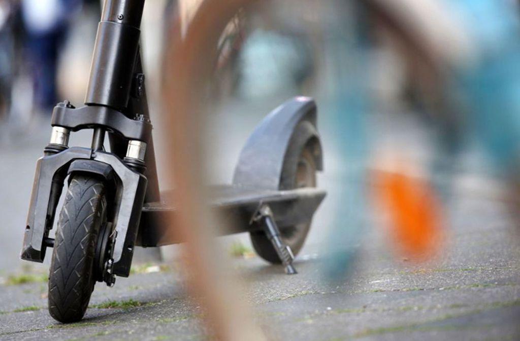 Unbekannte Täter haben einen E-Scooter geklaut. (Symbolbild) Foto: dpa/Martin Gerten