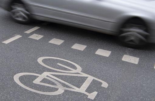 Fahrradfahrer lässt mitten auf der Straße die Hose herunter