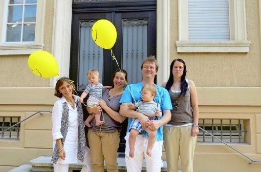 Susanne Winkler von der Humanistischen Kita mit den Zwillingseltern Corinna und Jürgen Schönling sowie Erzieherin Maria Gust (von links). Foto: Heike Armbruster
