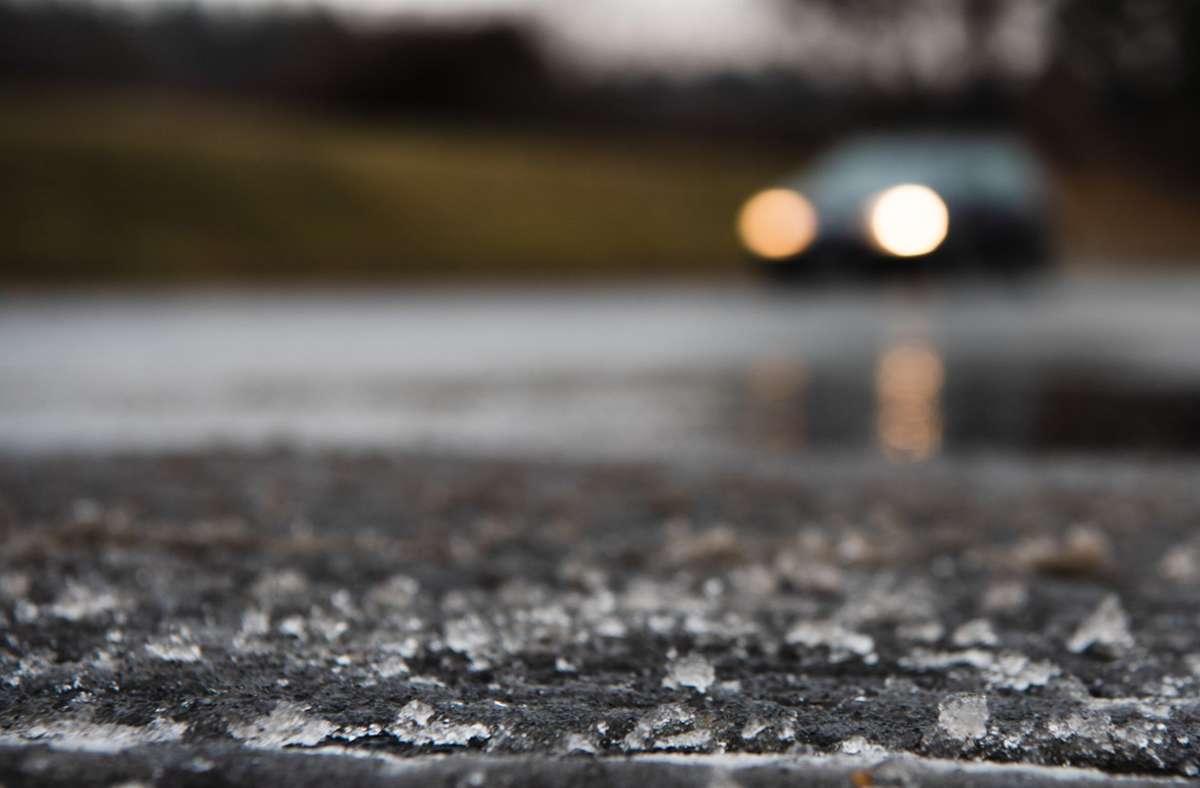 In der Nacht zum Samstag können die Straßen  teilweise rutschig werden. (Symbolfoto) Foto: dpa/Nicolas Armer
